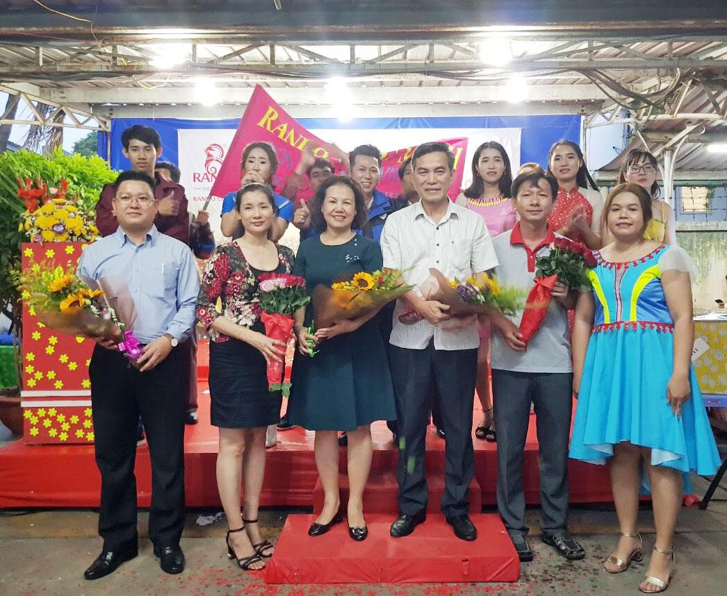 Tập thể CB-CNV đại diện công ty dành tặng những bó hoa tươi thắm