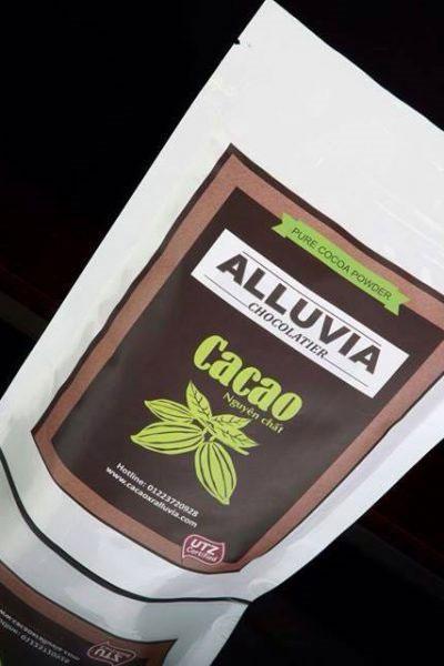 Đổ bột cacao với nước khuấy đều tay