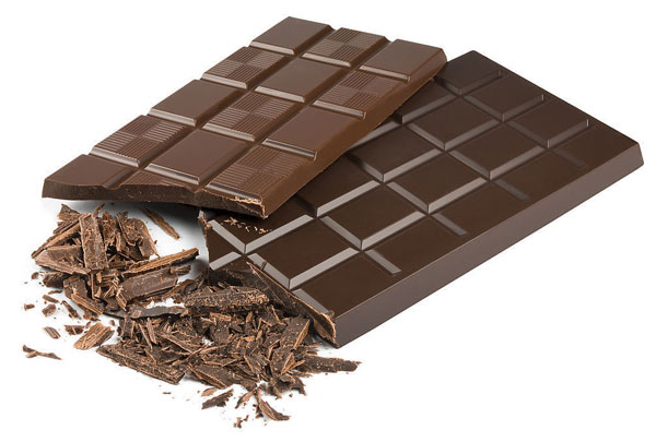 Socola giả khi ăn thường có cảm giác keo như sáp, tan rất chậm hoặc không tan, thường phải nhai, không thơm, đôi khi có mùi hôi.