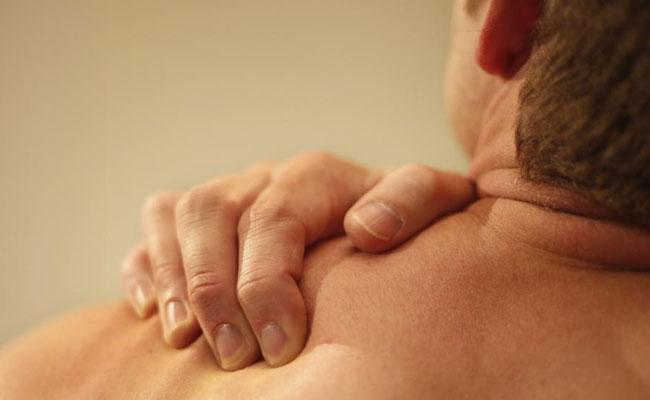 Thường về đêm, người bị bệnh thoái hóa khớp vai có những cơn đau mạnh