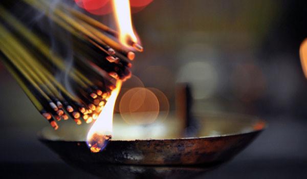 Tàn nhang của nhang tẩm hóa chất thường giữ được lâu, tạo hình uốn cong khiến cho người tiêu dùng nghĩ rằng sẽ linh thiêng hơn