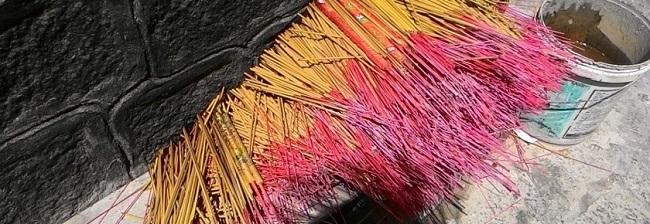 Nhang tẩm hóa chất thường dùng phun màu hóa chất để nhuộm cho nhang