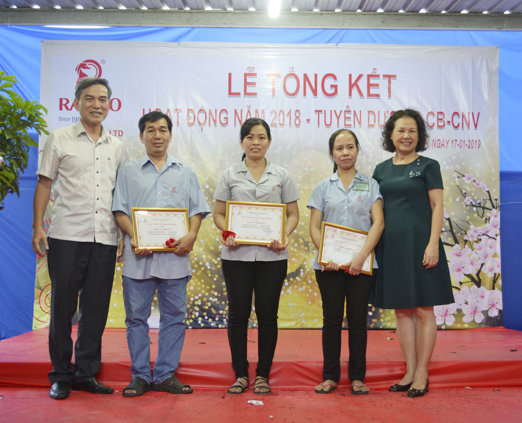 Chủ Tịch HĐTV trao tặng bằng khen