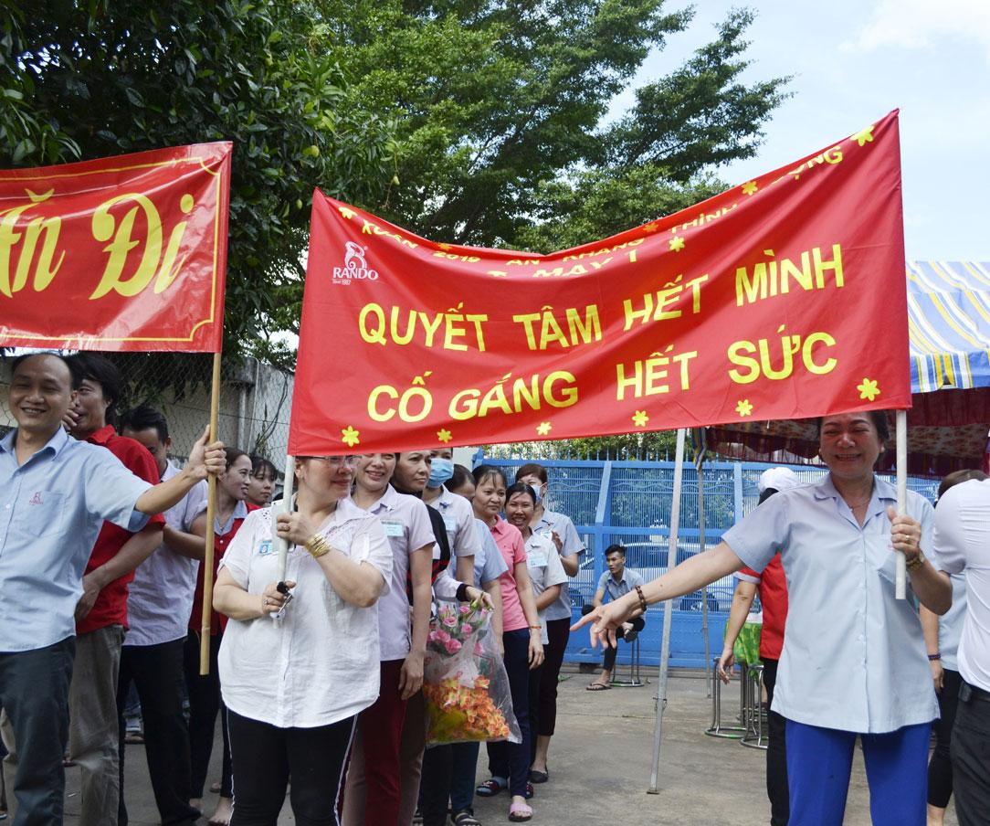 Những slogan khá tự tin thể hiện sự quyết tâm, đoàn kết của CB-CNV 14
