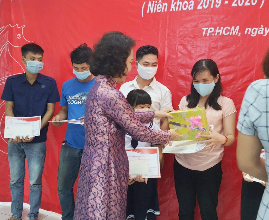 Bà Đoàn Thị Phượng - Phó chủ tịch HĐTV trao tặng phần thưởng và giấy khen Cty RANDO