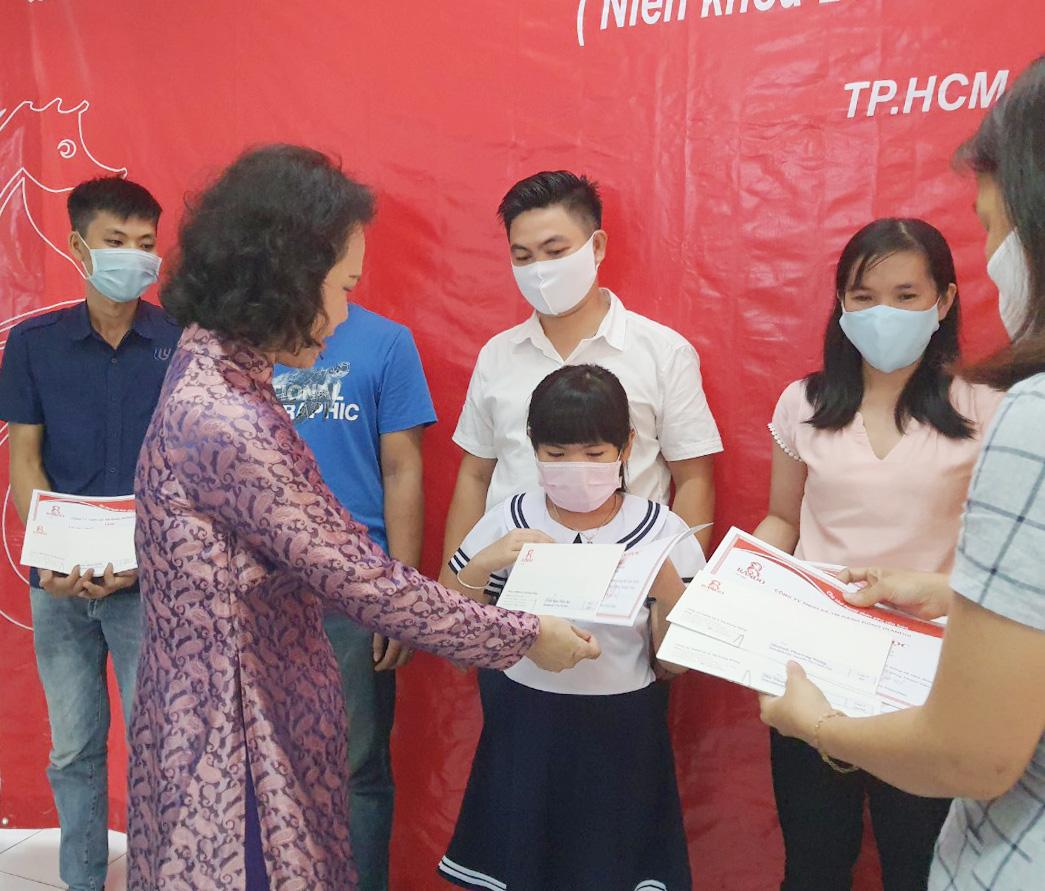 Bà Đoàn Thị Phượng - Phó chủ tịch HĐTV trao tặng phần thưởng và giấy khen tại Cty RANDO