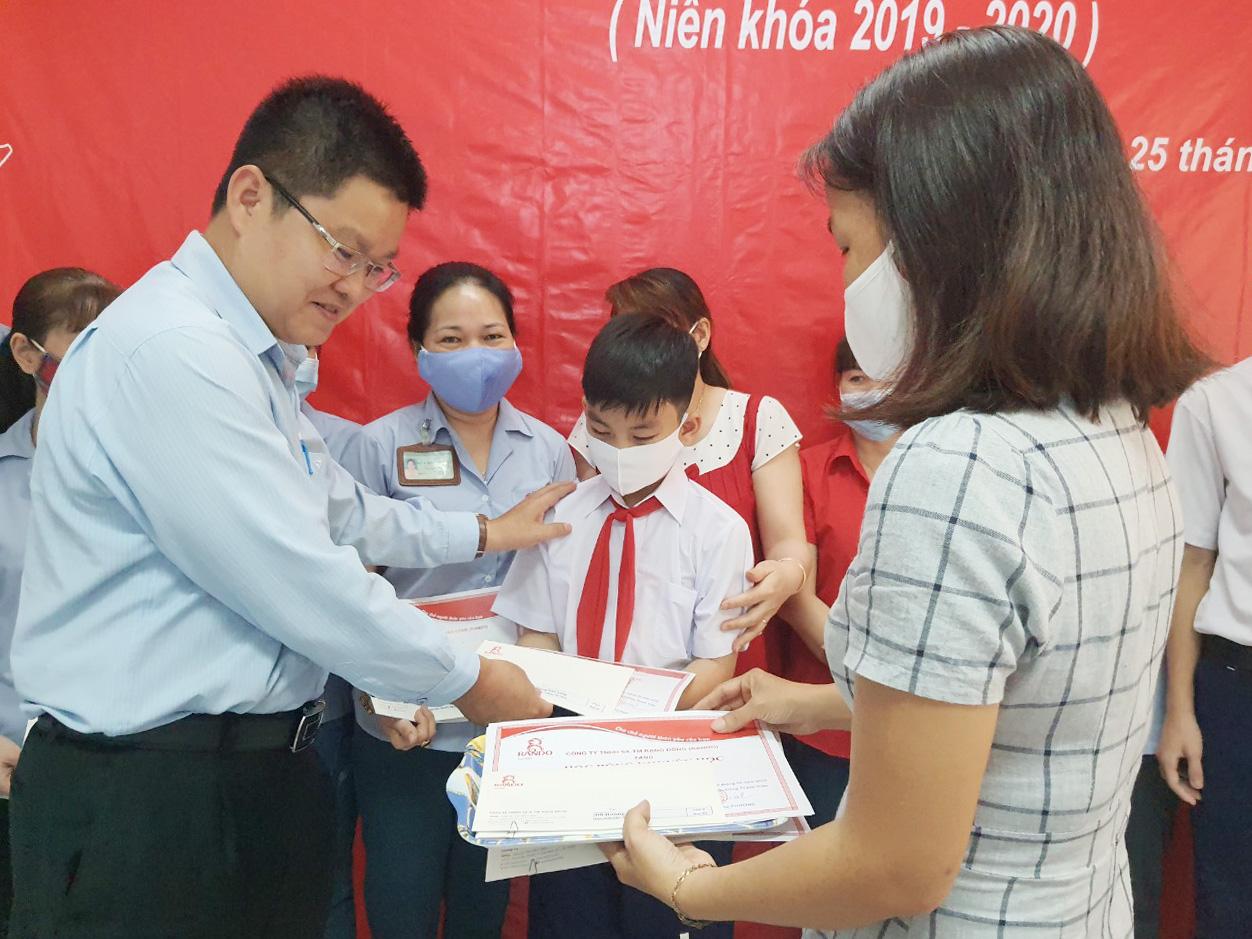 Ông Lê Kim Tú – GĐ Điều Hành trao tặng phần thưởng và giấy khen RANDO