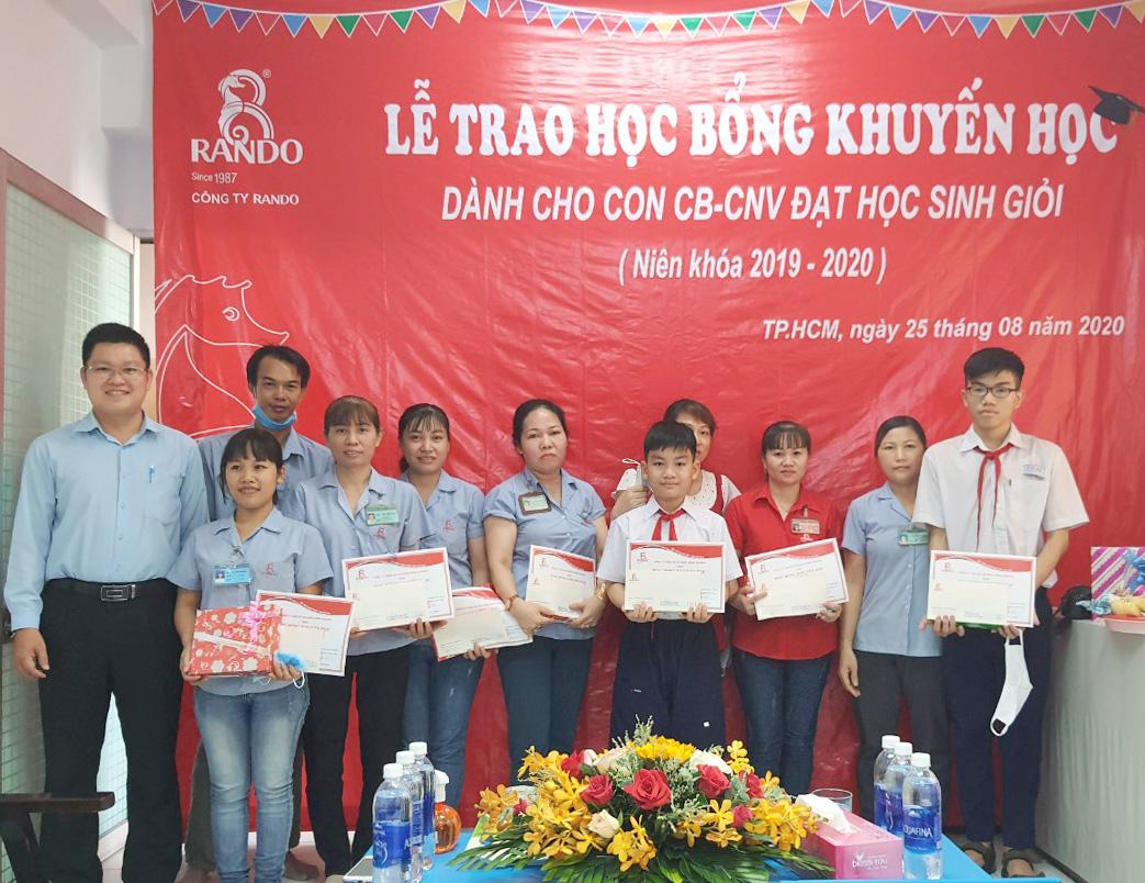 Ông Lê Kim Tú – GĐ Điều Hành trao tặng phần thưởng và giấy khen RANDO 3